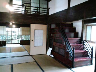 箱階段と座敷.jpg